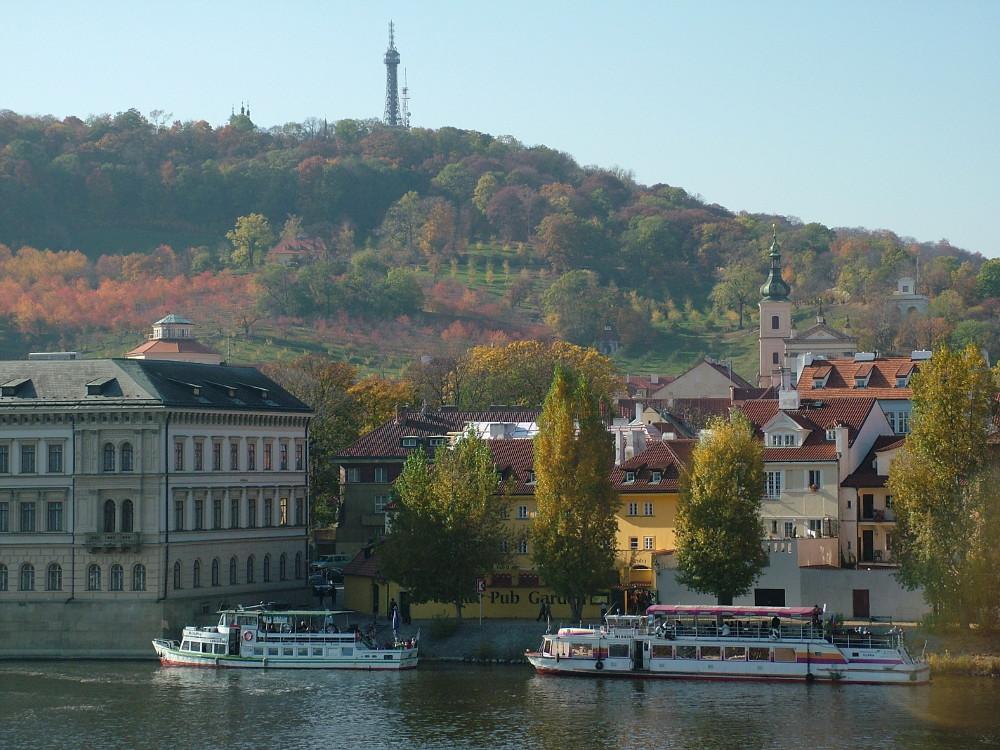 A Petrin-hegy a Károly hídról - Fotó: Barna Béla