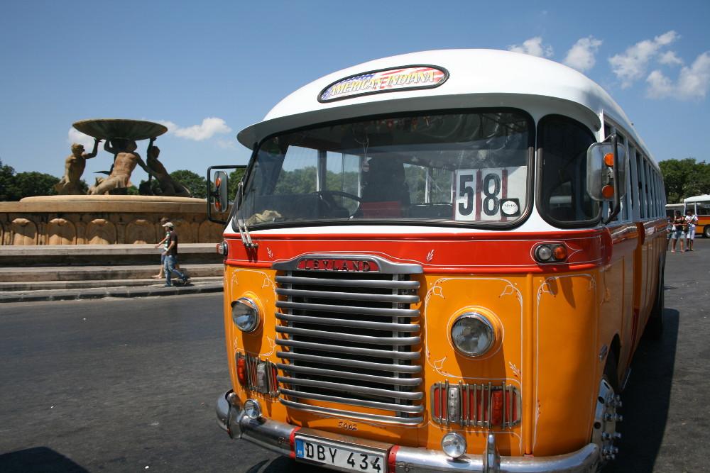 Sárga busz - Fotó: Barna Béla
