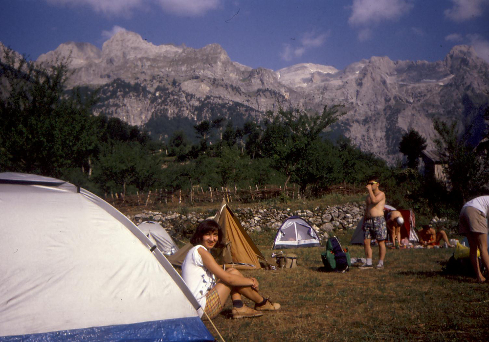 Mona a sátor előtt 1996-ban - Fotó: Barna Béla