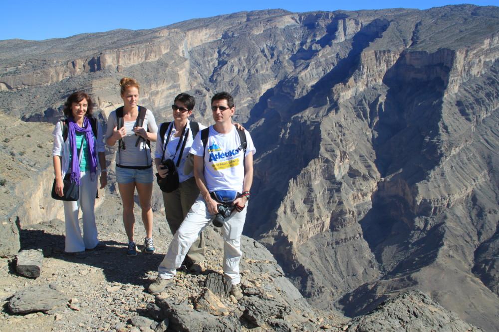 Háttérben a Jabal Shams - Fotó: Barna Béla