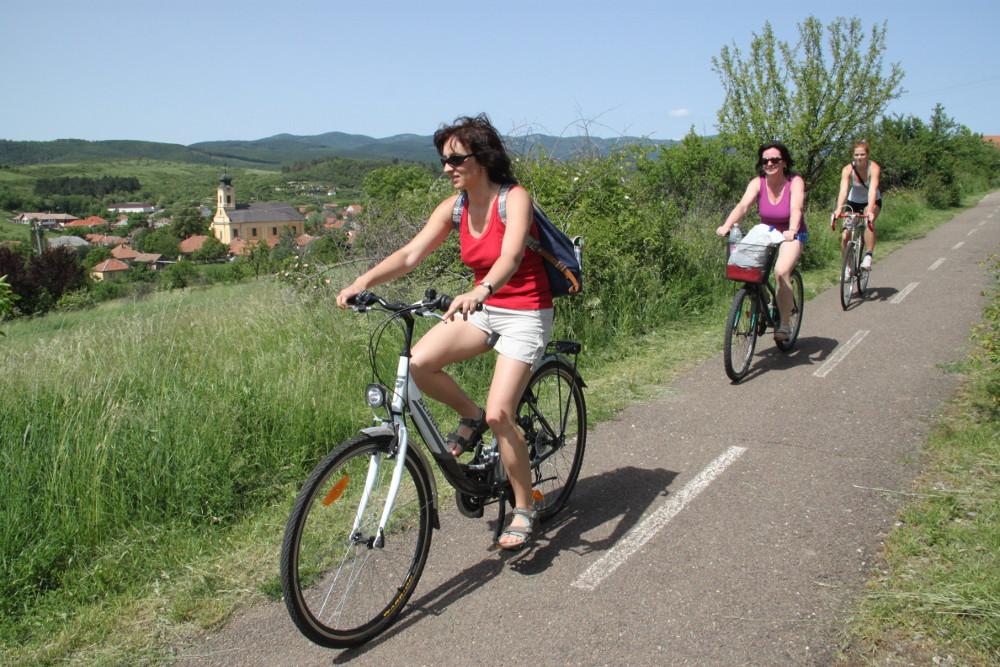 A bicikliút Tárkány mellett - Fotó: Barna Béla