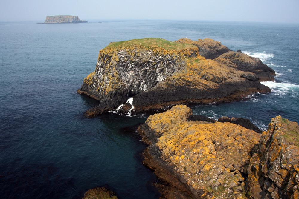A hajítás sziklája, háttérben a Bárány-sziget, a Sheep Island - Fotó: Barna Béla