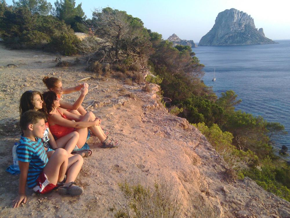 Naplemente háttérben Vedra szigetével - Fotó: Barna Béla